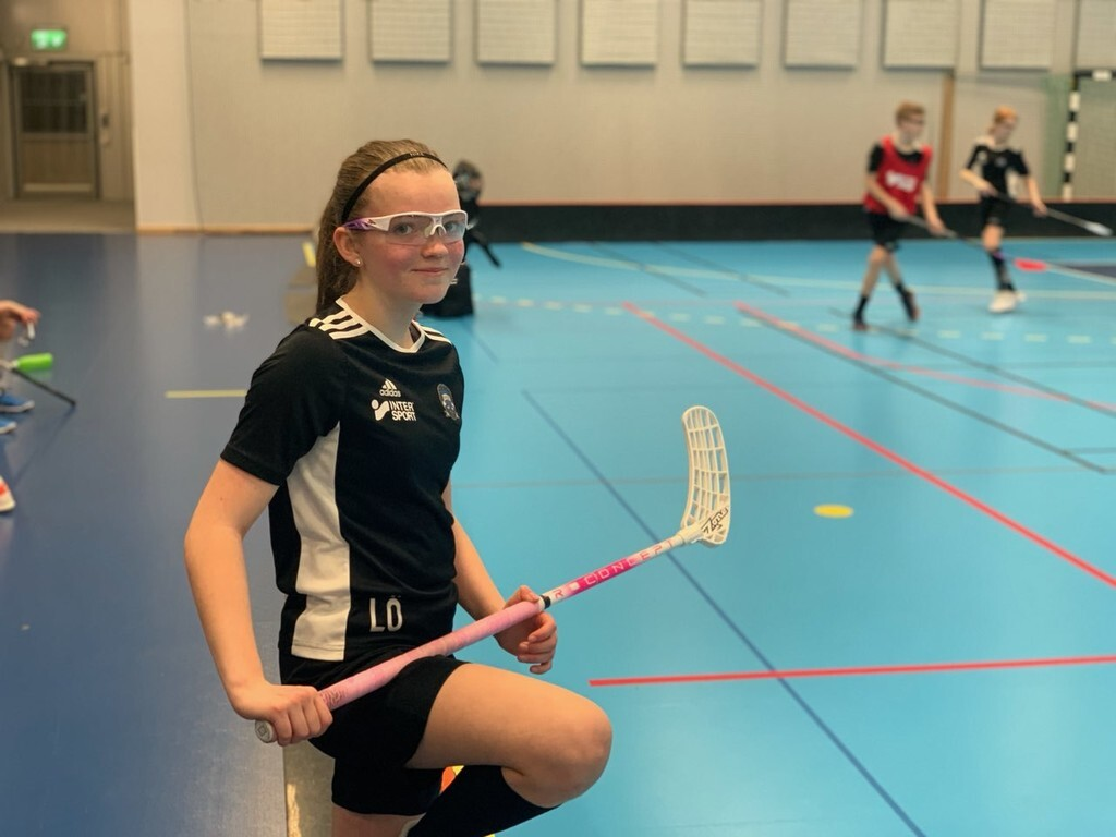 Glad tjej under Sportlovsinnebandy